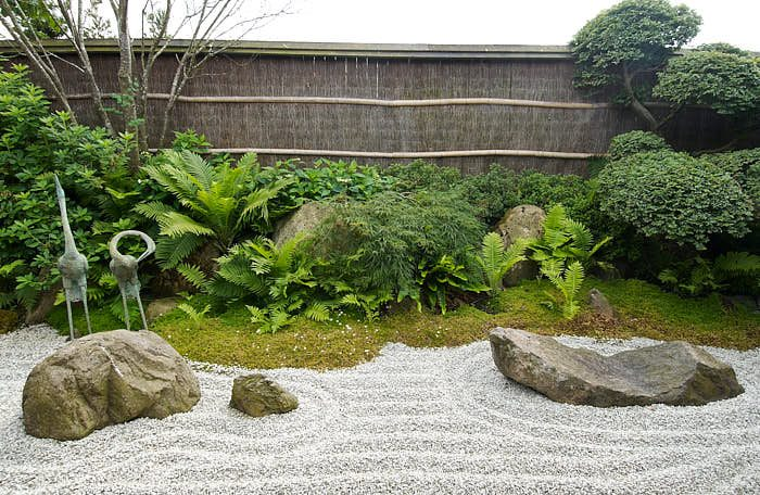 En smakfull torrträdgård där vågorna stilla slår mot stenarna. Är det i Kyoto? Inte alls, bild från Den japanske have på Jylland.