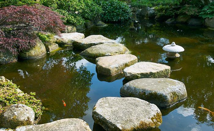Trampstenar passar allra bäst i vatten, naturligtvis. För att man inte ska få en osäkerhetskänsla och tappa koncentrationen på trädgården måste de vara stora och fullständigt stabila. De ska ligga i samma höjd, vara flata och väl horisonterade. Då blir det dessutom så vackert som här i Den japanske have på Jylland.