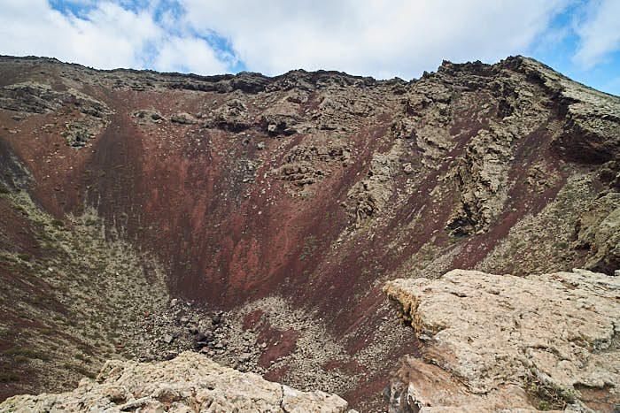 På toppen av Monte Corona med vy ner i den slocknade vulkanen.