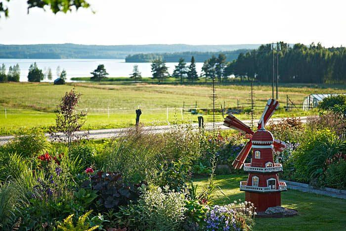 Med strålande utsikt över ängarna och Vargviken ligger Märtas trädgård. Helge Granström uppvuxen i Burträsk och senare bosatt i Skellefteå skapade väderkvarnen.