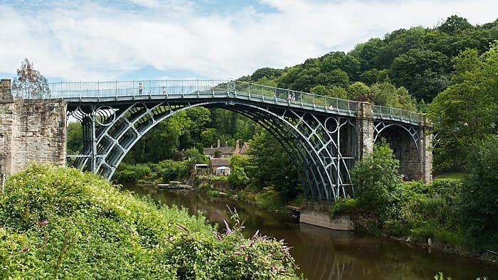 Industrialismens vagga, gjutjärnsbron Iron Bridge över Severn invigd 1781.