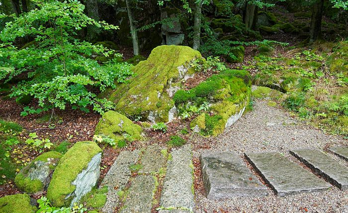 Beroende på inlandsisen så har naturen och stenarna fått mjukare former här i Norden än i Japan. I den japanska trädgården i Ronneby brunnspark verkar grusbäcken ha sin källa bakom stenen i centrum, för att sedan fortsätta mellan de flata stenarna som korsar loppet.