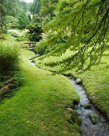 Både typisk och otypisk kan man säga att den japanska delen på Norrvikens trädgårdar är. Där finns den ostörda vattenytan, vattenfallen, bäcken, enkelheten i växtval och gångarna att strosa på. Japaner däremot uppfattar den snarast som typiskt nordisk. Och det är kanske bästa tänkbara betyg.
