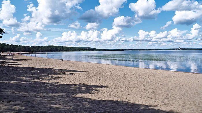 Ett litet badparadis i norr, Långnäset i sjön Burträsket inom gångavstånd från Märtas hem i Vargviken. Förvånansvärt varmt tack vare att det är långgrunt och många soltimmar sommartid. I fjärran syns kyrkan i byn.