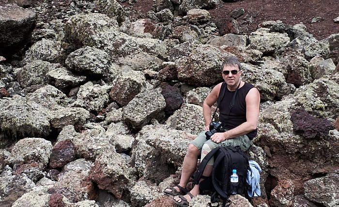 Bloggredaktören vilar på botten av vulkanen Monte Corona. Lär av den ej så vise, gå aldrig i en vulkan i sandaler, lava är vasst!
