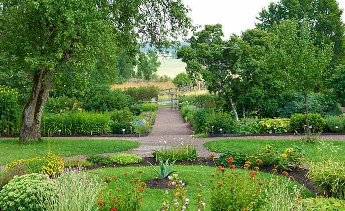 Från Linnés Hammarby utanför Uppsala ser man ut över jordbrukslandskapet. Den fungerade som Carl von Linnés sommarstuga, ett sätt att komma ifrån storstaden. Behoven var desamma då som nu.