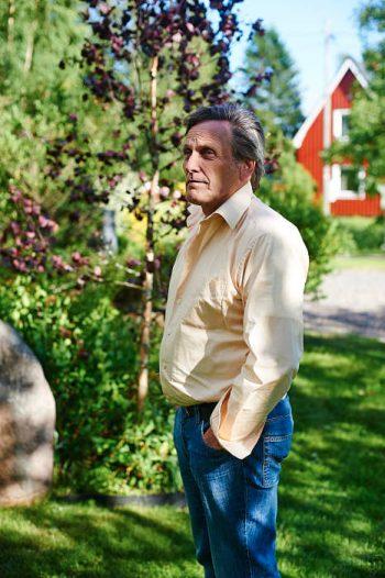 Torgny Nordin mot bakgrund av en rödbladig björk med finskt ursprung och grannhuset.
