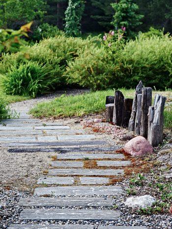 Betongplankorna längs gången är designade av Torgny själv med den naturliga ådringen förstärkt. Till höger flytvirke som symboliserar de pålkajer som varit vanliga runt Alnösundet.