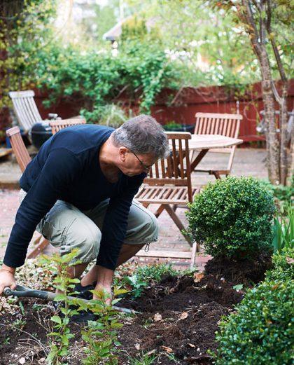 Att gräva är jobbigt, och därmed nyttigt, men man ska vara försiktig med ryggen. Värm upp och ta det lugnt i början och böj benen, inte ryggen. Bild på artikelförfattaren