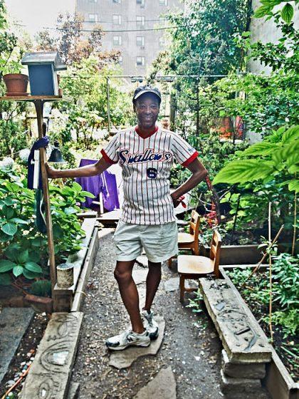 På cykel anlände konstnären Jack Waters till gemensamhetsträdgården Little Versailles, låste upp grindarna och berättade uttrycksfullt historien bakom New Yorks Community Gardens.