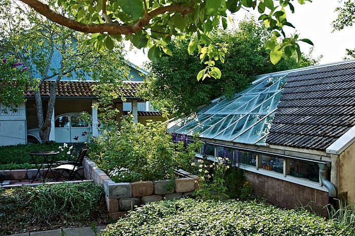 Växthuset är riktad mot söder. På dess norrsida är väggen murad, det jämnar ut värmen över dygnet.