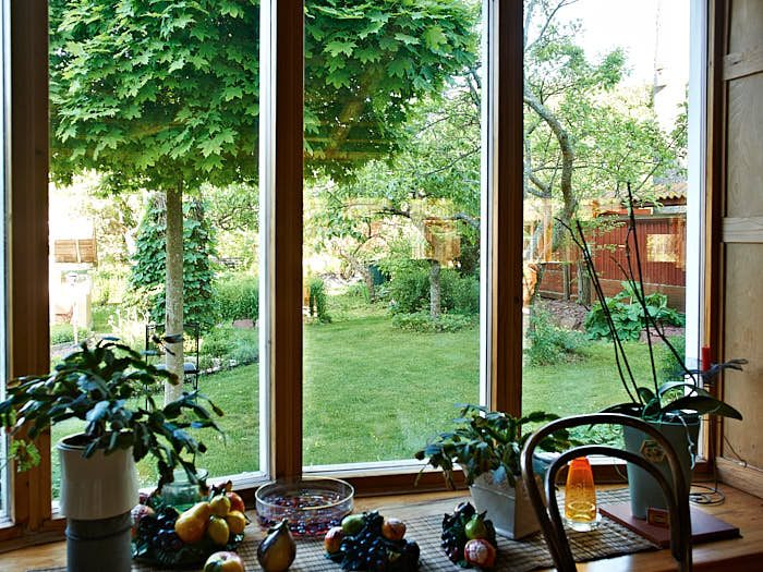 Utsikt mot öster. Genom att fönstren sitter lågt skapas närhet mellan ute och inne.