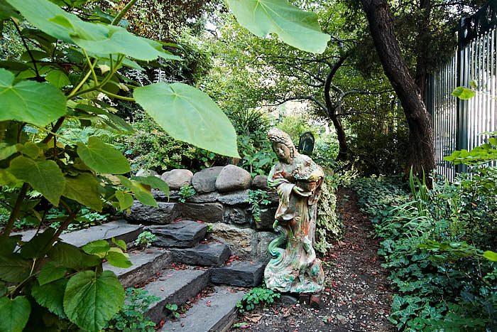 Lummigt och grönt är det också alldeles invid gatan på 6Th & B Garden tack vare bland annat katalpans stora blad och murgrönans små. En staty fungerar som blickfång.