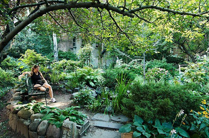 En bänk för en stunds vila i trädens lätta skugga är lika viktigt i en stadsträdgård som på landet. Bild från 6Th & B Garden.
