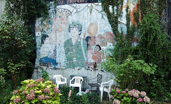 Med en muralmålning vid sittplatsen sprids budskap samtidigt som väggen lättas upp i La Plaza Cultural. Lite revolutionärt känns det trots allt.