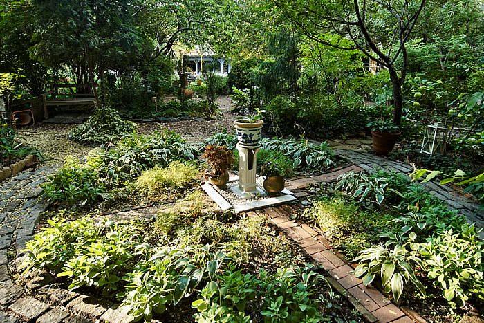 En kvadrantindelad cirkel fungerar minst lika bra i en vildvuxen trädgård som en formell. Den strikta formen stramar upp den lössläppta växtligheten. Bild från 9th Street Community Garden and Park.