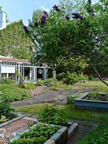 I den västra trädgården, där kvällssolen lyser, har Folke och Gunda bevarat de bergsytor som går i dagen.