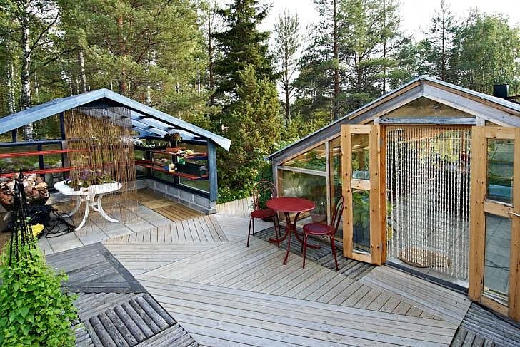 Även växthus och andra byggnader passar in i naturnära trädgårdar. Använd naturliga material och färger som inte är för skarpa. Huset till vänster används för tillvänjning av frösådda och övervintrade växter på våren och det till höger är en kombination mellan växthus och lusthus.