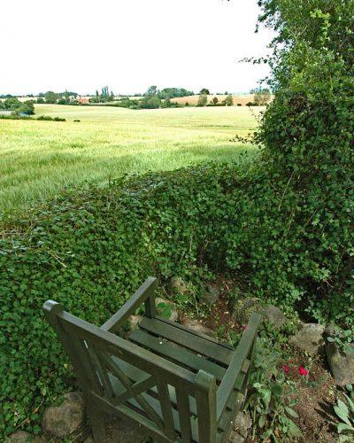 I kulturlandskapet kan man utnyttja närheten till åker och äng. På en stol innanför en låg häck kan man inte bara njuta av sädesfältens vajande i vinden utan också följa jordbruket under året, från plöjning och harvning till när skördetröskorna tar in den färdiga säden.