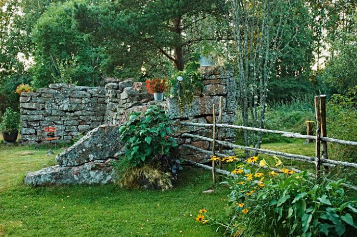 En lagård som aldrig blev klar förvandlad till klassisk trädgårdsruin.