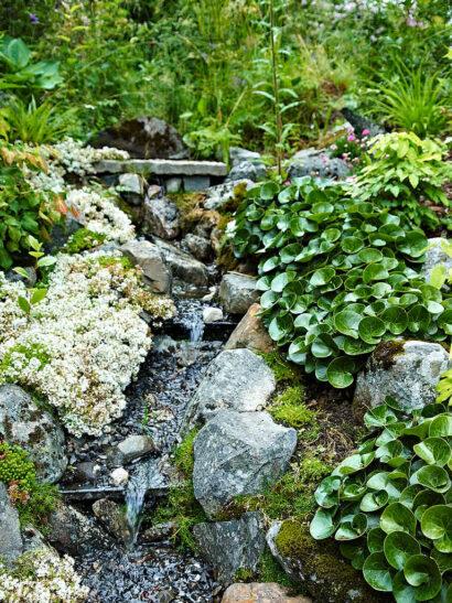 Bäcken som rinner ut i den konstgjorda sjön kommer närmats från vattenfontänen, vars vatten i sin tur har sitt ursprung högre upp i ett naturligt vattendrag.