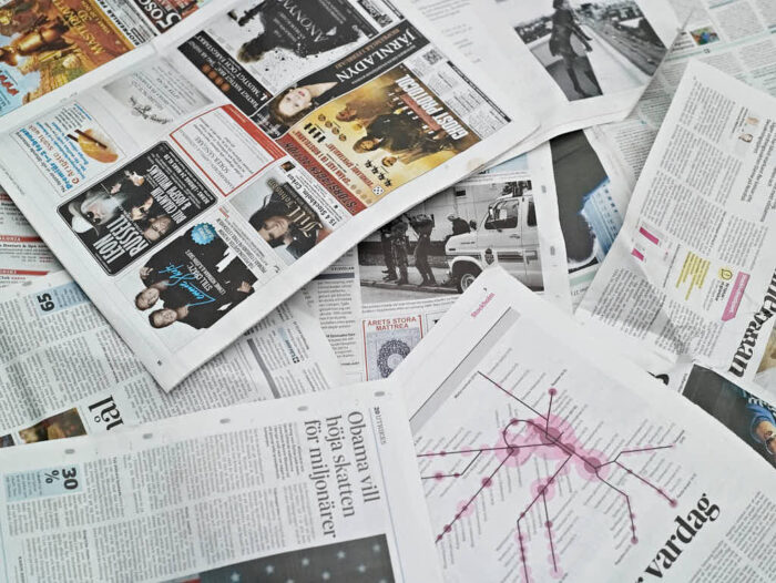 Lägg ut några lager tidningar direkt på gräsmattan innan jorden läggs på.