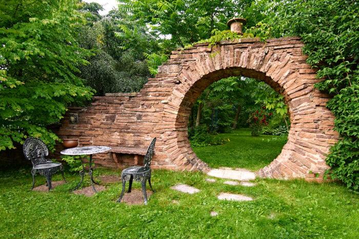Månporten är minsann ingen gammal ruin utan byggd sten för sten av Henry själv. Inspirationen kommer från kinesisk trädgårdskonst.