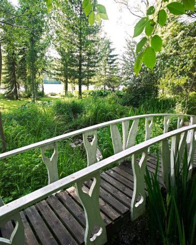 Bågbron har konstruerats med inspiration från de broar som finns på en del svenska herrgårdar. I stolparna som håller ledstången har Henry sågat ut små hjärtan.