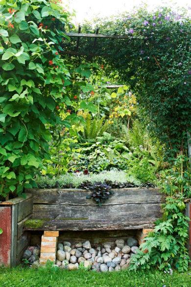 Mot den sluttande perennrabatten har Börje byggt in en soffa med pergola till tak. Därifrån ser man ut över odlingarna och jordbrukslandskapet i fjärran.