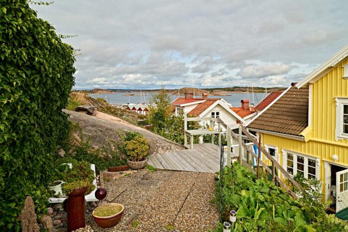 Halvvägs uppför bergssidan har Ragnhild och Bo placerat en avsats. Där kan man vila och blicka ut över hus, hav och fastland.