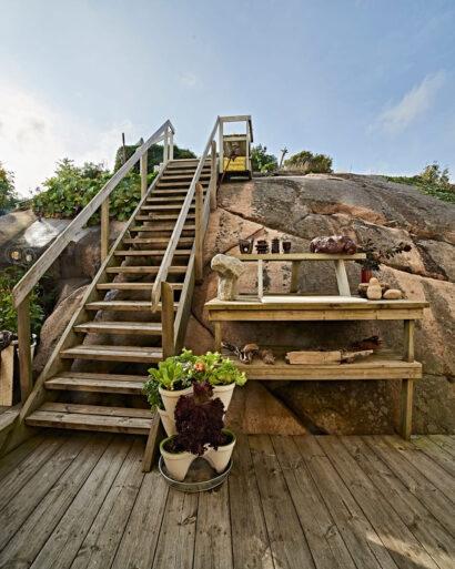 Tack vare trappan på baksidan kom granitberget till användning. På arbetsbänken ligger en marmorskiva från en kommod och där finns eluttag.