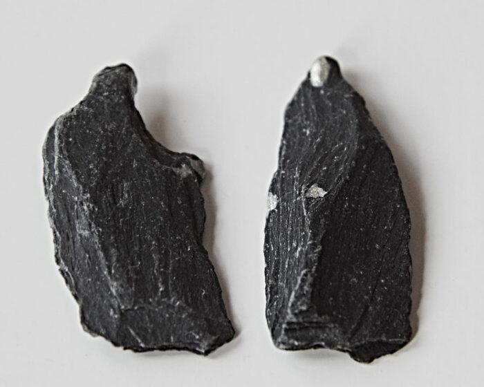 Stenarna påminner om mormor och farmor, berättar Ragnhild. Fortfarande när hon var barn var öns äldre kvinnor svartklädda i lång kjol, kofta och sjal.